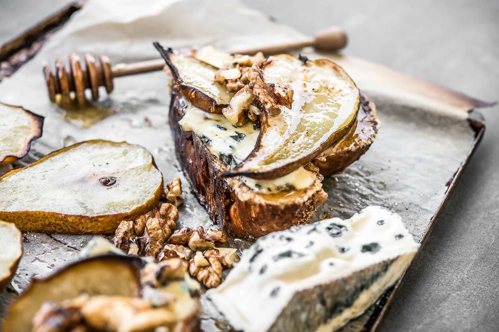 Chałka pain perdu z pieczoną gruszką i serem roquefort 2